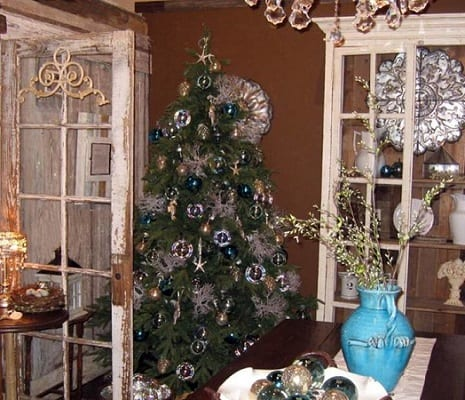 Coastal-Christmas-Cottage-by-Iron-Accents 25+ Beach Christmas Decorating Ideas