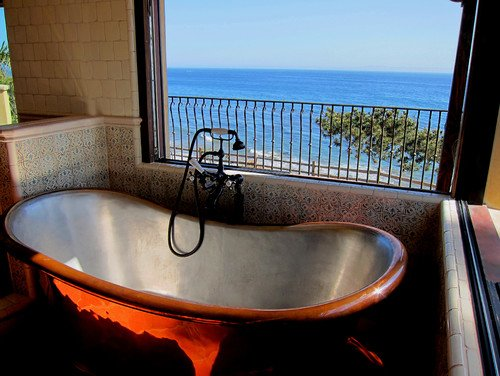 10-santa-barbara-oceanfront-bathtub 100+ Best Beach Bathroom Decorations 2020