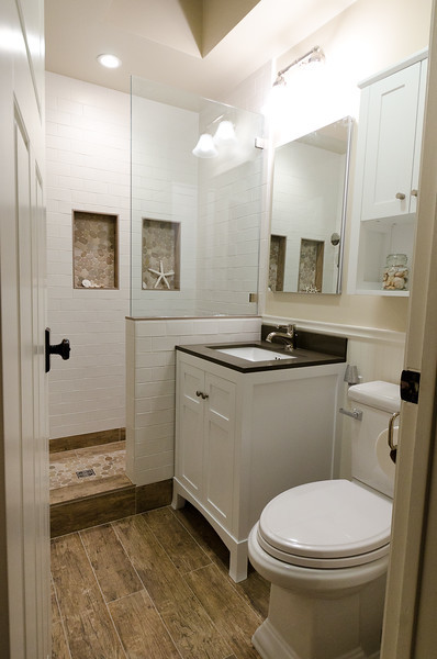 7-small-full-bathroom-with-starfish 100+ Best Beach Bathroom Decorations 2020