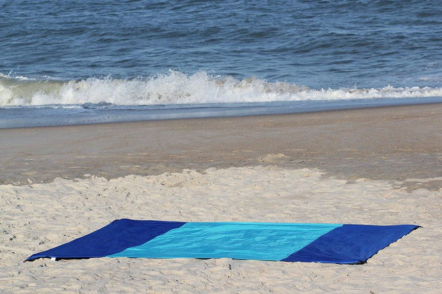 bring-blanket-to-beach Best Beach Accessories & Items To Bring To The Beach